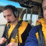 Pilot und Andre im Helikopter